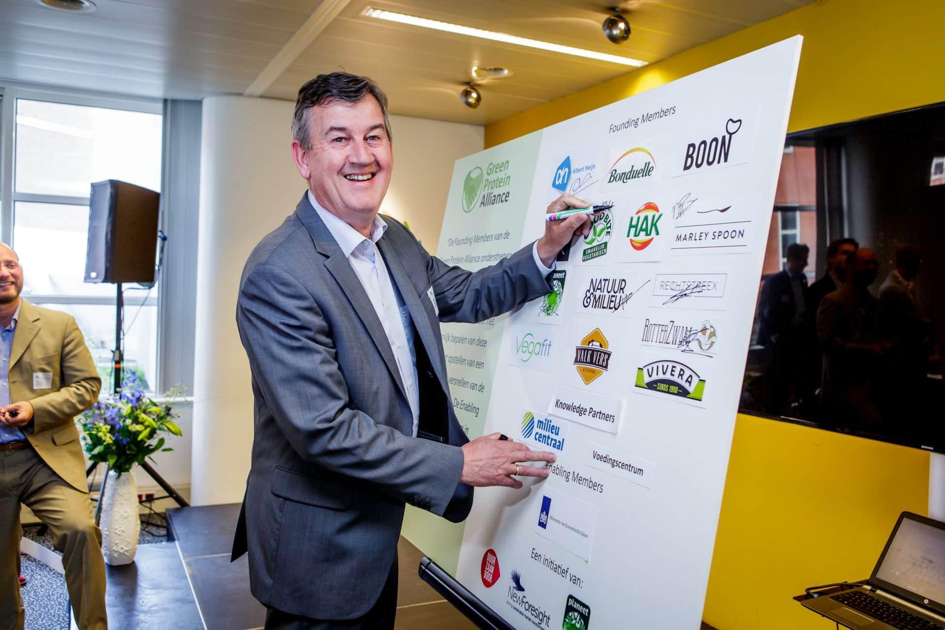 Green Protein Alliance - Directeur Henk Schouten tekent GPA convenant